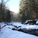 Górski potok zimą